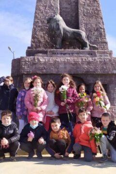 """Втори """"а"""" клас от ОУ """"Христо Смирненски"""" поднесе цветя за 3-ти март пред """"Малката Шипка"""""""
